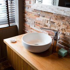 Badkamermeubel hout solid surface afdekplaat solid surface waskommen ovaal 2 laden hangend - Deco badkamer natuur ...