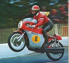 Giacomo Agostini - Senior TT Isle of Man Wheelie met zijn MV Agusta race motorfiets Old School Motorcycles, Racing Motorcycles, Motorcycle Racers, Motorcycle Art, Norton Motorcycle, Classic Motorcycle, Mv Agusta, Vintage Bikes, Vintage Motorcycles