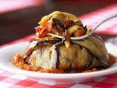 Auberginentorte mit Tomatensoße | EAT SMARTER
