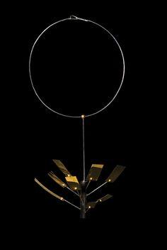 """Ettore Sottsass, Cleto Munari Collana in oro giallo, bianco ed ebano Collezione """"La seduzione"""", 2001-2002 Serie limitata di 9 esemplari e una prova d'autore. Firmata e numerata 6/9 e punzonata Cleto Munari 1702 VI"""