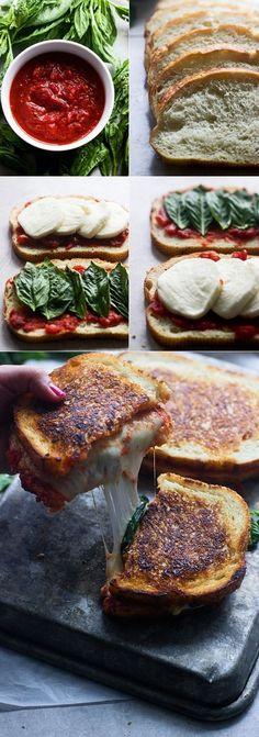 Con quesillo! Y quizzes hacemos tipo pesto pero de culantro y hierba buena?? Pizza margherita grilled cheese sandwich