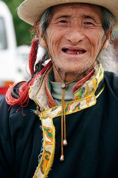 Hombre con ropas tradicionales. Zhondgdian. Man in traditional clothes. Zhondgdian