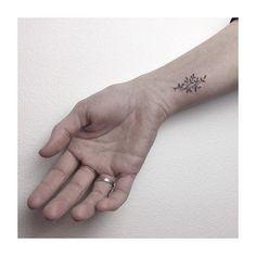 wanna do for lisa handpoked  #handpoke #tattoo #walkin #handpoke #sticknpoke #ink #stickandpoke #tinytattoo #twigtattoo #littletattoo #flowerlove #flowertattoo #plantlove #tattoolookbook #love #peace #hamburg
