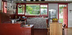 Simples e moderna, casa em MG tem ar caipira dado por fogão a lenha
