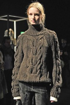 A sweater-turtleneck-cable stitch-olive green color by Belstaff Cable Knitting, Fair Isle Knitting, Knit Fashion, Sweater Fashion, Womens Fashion, Big Knits, Thick Sweaters, Mantel, Knitwear