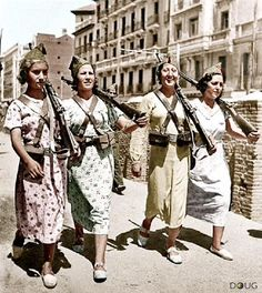 Militiawomen Madrid, Spain in during the Spanish Civil War. Mexican Heroes, Mädchen In Uniform, Frente Popular, Spanish War, Dystopian Fashion, Vietnam, Unknown Soldier, Military Coup, Guernica