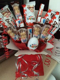 The peanut butter chocolate bouquet ideas chocolate bouquet ideas candy flowers Chocolate Bunch Bouquet Cadeau, Bouquet Box, Gift Bouquet, Sweet Bouquets Candy, Candy Bouquet, Candy Flowers, Sweet Hampers, Gift Hampers, Homemade Gifts