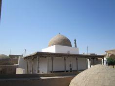 "La Ak-Mezquita (""la mezquita blanca"") fue construida a mediados del siglo XVII bajo Anusha Kan en Jiva(Khiva). A diferencia de las mezquitas estandarizadas la Ak-mezquita en Jiva tiene la arquitectura original."