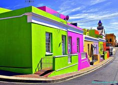 Colourful homes in Bo Kaap, Cape Town, South Africa. We'll be visiting the Bokap on my arts and Culture tour to South Africa. Cape Town Tourism, Places To Travel, Places To Visit, Travel Destinations, Colourful Buildings, Colorful Houses, Green Houses, Cape Town South Africa, World Of Color