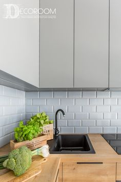 7 Of The Best Budget Kitchen Decorating Ideas. Despite what you might check out in the trendiest kitchen area design publications, updating the look of your kitchen truly does not need that your Kitchen On A Budget, New Kitchen, Awesome Kitchen, Kitchen Layout, Kitchen Design, Kitchen Interior, Kitchen Decor, Kitchen Ideas, Kitchen Disposal