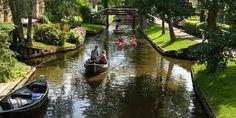 """Giethoorn...Kendi masal dünyanızda yaşamak isterseniz, Giethoorn köyüne taşınmak isteyebilirsiniz. """"Hollanda'nın Venedik'i"""" diye de bilinen, 1230'lu yıllarda kurulan bu büyülü köy, çoğu insanın sadece hayal edeceği türden bir köy."""