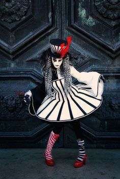 Carnival model in black white and red in front of a church door - Wix Website Ideas - DIY your own website with Wix. - Carnival model in black white and red in front of a church door Costume Halloween, Circus Costume, Fete Halloween, Venice Carnival Costumes, Creepy Carnival, Carnival Masks, Costume Original, Trendy Fashion, Fashion Models