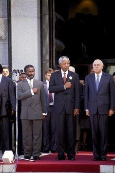 #electiondemocratique - Le Président Nelson Mandela pendant la cérémonie d'investiture, entouré du Vice-Président Thabo Mbeki (à d.) et du Vice-Président F. W. de Clerk (10 mai 1994).