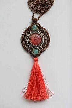 Vyšívaný náhrdelník so strapcom, Swarovski, rodochrozit, štras
