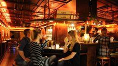 Wer Pulp Fiction mag, wird hellhörig: Die Wallace Bar in Schwabing ist nach Mia Wallace aus dem Film benannt und vom Typ klassische Schönheit.