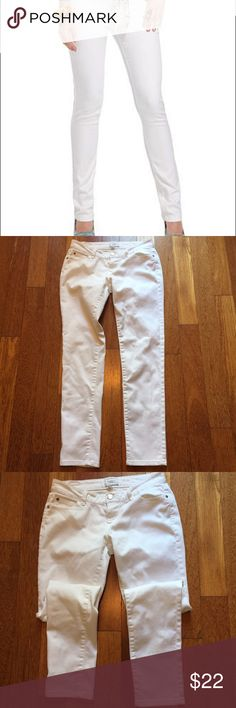 """Celebrity Jeans White stretch skinny jeans size 5 Celebrity Jeans size 5 /27 white skinny jeans. Great looking jeans in a cotton/poly/spandex blend. Show very minor wear nice and soft. Inseam is 29"""" from a smoke free home. Celebrity Pink Jeans Skinny"""