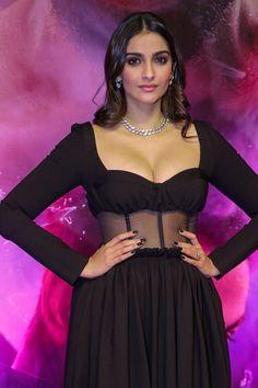 Sonam Kapoor Hot Cleavage Show Indian Bollywood Actress, Bollywood Actress Hot Photos, Beautiful Bollywood Actress, Most Beautiful Indian Actress, Indian Actresses, Bollywood Stars, Bollywood Girls, Bollywood Fashion, Bollywood Oops