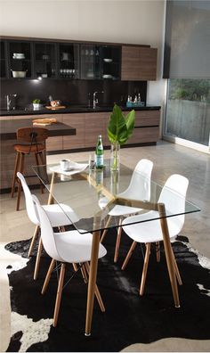 Esta es la armonía que necesitan tus espacios. Glass Dining Room Table, Dining Room Design, Glass Tables, Interior Decorating, Interior Design, Dining Room Inspiration, Home And Living, Living Room Decor, Sweet Home
