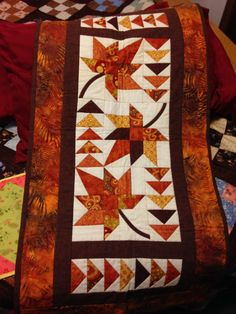 Quilted Table Runners Christmas, Thanksgiving Table Runner, Christmas Runner, Table Runner And Placemats, Table Runner Pattern, Fall Table Runner, Christmas Quilting, Christmas Tables, Small Quilt Projects