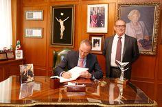 Firmando en el libro de honor de la empresa Germaine de Capuccini
