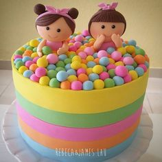 Bolo super divertido que a pedido da mamãe foi inspirado na arte maravilhosa de @manuela_abelleira para celebrar mais um mês das gêmeas! Feitas de açúcar! #rebecalhu #rebecaejameslhu #twinsbirthdaycake #twins