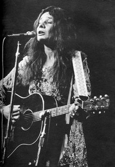 An unusual picture of the late great Janis Joplin playing a Gibson acoustic guitar on stage. I love this picture. Rock And Roll, Pop Rock, Janis Joplin, Bob Dylan, Blues Artists, Music Artists, Gary Lightbody, Model Tips, Gibson Acoustic
