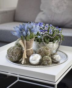 Pynt et vakkert fat med muscari, viola og mosekuler. Decorate a beautiful dish with muscari, viola and moss balls. Coffee Table Centerpieces, Decorating Coffee Tables, Unique Coffee Table, Modern Coffee Tables, Tray Decor, Decoration Table, Deco Floral, Deco Table, Spring Flowers