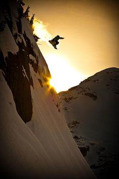 Saltando atardeciendo. El placer del snowboard no tiene límites.