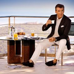 "@willi_knecht on Instagram: ""Pierce Brosnan @piercebrosnanofficial. #piercebrosnan #piercebrosnanofficial #pierce #brosnan #amazing #actor #attractive #charming…"" Pierce Brosnan 007, Irish American, Hollywood, Irish Men, Classic Man, Classic Style, Picture Collection, Gentleman Style, James Bond"