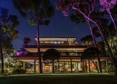 Oświetlony dom, podświetlony ogród, różne kolory lampek, iluminacja https://www.homify.pl/katalogi-inspiracji/10006/zewnetrzne-oswietlenie-domu