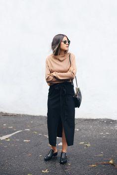 Blusa drapeada marrom, saia midi envelope preta com fenda frontal