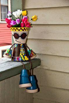 Aus Tontöpfen eine Hippie-Figur mit Kopf als Vase machen