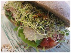 Bocata de germinados con bacalao en pan de aceitunas ...