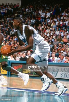 Fotografia de notícias : Larry Johnson of the Charlotte Hornets dribbles...