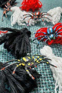 Anleitung Halloween Quasten - so bastelst du eine Quastenkette Decor, Cool Costumes, Fall Halloween, Nice Things, Decoration, Decorating, Deco