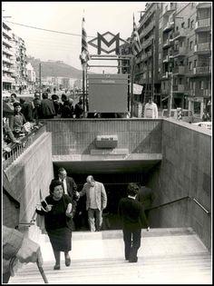 Acceso a la estación de Via Júlia (entonces llamada Roquetes), esta zona de Barcelona esperó durante años la llegada del metro, desde mediados de los 70 estaban los tuneles y las estaciones construidas, pero por falta de financiación no fué hasta 1982 que se acabó inaugurando el tramo Guinardó-Roquetes. La foto es del mismo 1982