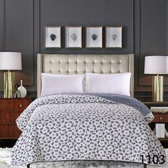 Šedý dekorační přehoz na postel s potiskem kytiček