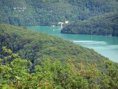 Le lac de Vouglans (Jura) Situé à 429 mètres d'altitude, à proximité de Moirans-en-Montagne, le lac de Vouglans est, avec ses 35 kilomètres de longueur, la troisième plus grande retenue d'eau artificielle de France. Bénéficiant d'un environnement verdoyant préservé, cette magnifique étendue turquoise entourée de forêts peut être admirée depuis plusieurs belvédères. Baignade possible.
