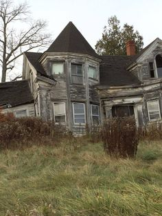 You know you love Halloween Shit! Old Abandoned Houses, Abandoned Mansions, Abandoned Buildings, Abandoned Places, Spooky Places, Haunted Places, Haunted Houses, Big Houses, Fixer Upper