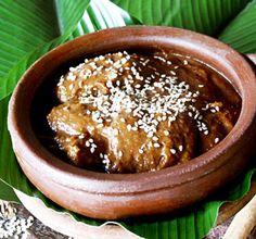 Guatemalan Mole de platanos, fried plantain slices in a chocolate-based sauce. Guatemalan Recipes, Guatemalan Food, Comida Latina, Latin Food, International Recipes, Mexican Food Recipes, Food To Make, Sweet Treats, Cooking Recipes