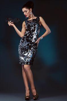 """Платье из паеток серебристо-черное/Элегантное платье прямого кроя из коллекции Evercode, выполненное из трикотажной ткани, конструктивной особенностью модели служат декоративные """"паетки"""",. Данная модель несет в себе элегантность и комфорт, оно подойдёт как для Новогодней вечеринки так и для дискотеки. Носите его с парой туфель на высоком каблуке, дополняя массивным ожерельем и ярким клатчем. Длина платья от плечевого шва по спине -96 см."""