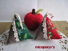 カーキ色のリネン地とクリスマス柄で作った、大人かわいい三角サシェです。レッドはクリスマスリース柄、グリーンはクリスマスツリー柄で、サイズは約6センチになります...|ハンドメイド、手作り、手仕事品の通販・販売・購入ならCreema。 Diy And Crafts, Creema, Handmade, Hand Made, Handarbeit