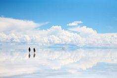 http://find-travel.jp/article/2876/3 29.ウユニ塩湖(ボリビア) まるで鏡のように空を映し出す「ウユニ塩湖」。湖にたまった雨水が空を反射して、まるで空の中に立っているかのような風景になることで有名です。昼間もいいけど、夜のウユニ塩湖は、水面に反射する星空はもう美しすぎます。