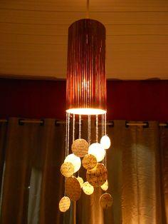 Luminária feita com jogo americano de bambo e impressão de páginas de livros antigos e partituras para um ar vintage.