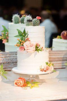 El novio y la novia hechos en cactus decorados son realmente el topper del cake.