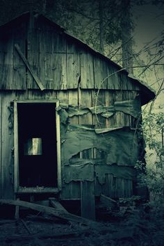 abandoned barn or shed Spooky Places, Haunted Places, Abandoned Houses, Abandoned Places, Creepy Images, Creepy Ghost, Creepy Houses, Wooden Cabins, Winter Photography
