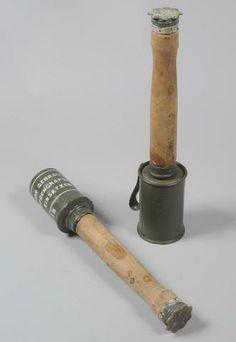 Lot de 2 grenades à manche, 1ère GM. Complètes de leurs manches