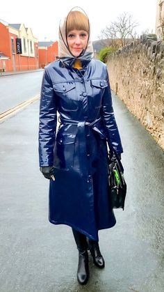 Raincoats For Women Rainy Days Product Pvc Raincoat, Yellow Raincoat, Rain Fashion, Fashion Boots, Women's Fashion, Imper Pvc, Rain Bonnet, Rubber Raincoats, Leder Outfits