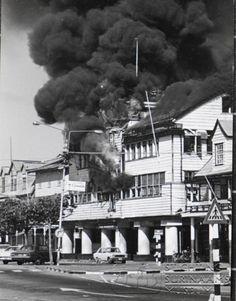 photo....politiebureau in brand...25 februarie 1980.......millitaire staatsgreep