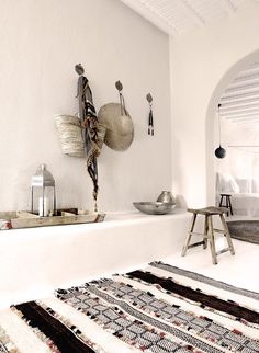 Só pelo azul do mar Egeu, esse hotel já se tornaria um destino paradisíaco. Localizado na ilha grega de Mykonos, e construído por um pescador em 1990, o Sa